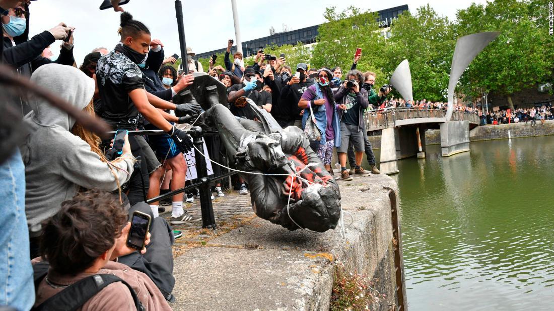 Statua di Edward Colston abbattuta a Bristol, in Inghilterra, durante la protesta