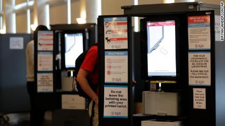 Oamenii votează la secțiile de votare în timpul alegerilor primare din Georgia la Park Tavern marți, 9 iunie 2020, în Atlanta.