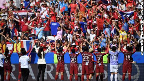 Jucătorii thailandezi le mulțumesc susținătorilor lor la finalul meciului cu Suedia din 16 iunie 2019.