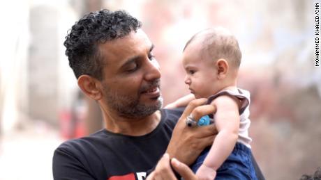 Anwar Motref, kayınbiraderi Hmeid Muhammed'in son günlerinde bir hastane yatağı bulmasına yardım etti. Şimdi Muhammed'in çocukları onun bakımında.