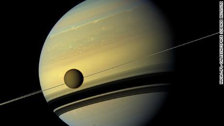 Спутник Сатурна Титан стремительно мигрирует с планеты