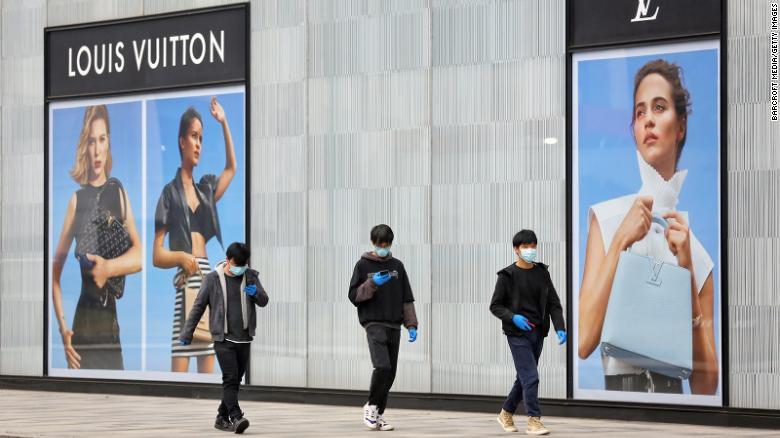 路易威登3月在武汉关闭了一家商店。 它的母公司LVMH在4月份告诉投资者,随着中国市场的重新开放,其大多数品牌在中国的销售额都出现了增长。