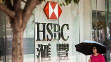 Un pieton care trece pe lângă HSBC în Hong Kong în 2017.