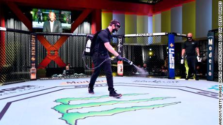 Muncitorii dezinfectează Octagonul de la UFC APEX, arena personalizată a UFC.