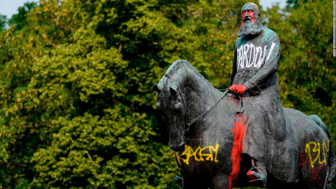 Le statue di re Leopoldo II vengono rimosse in Belgio. Chi era lui?