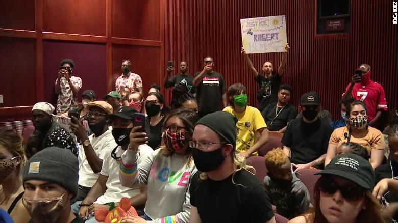 Die Einwohner von Palmdale nehmen an einem Treffen zum Tod des 24-jährigen Robert Fuller teil.