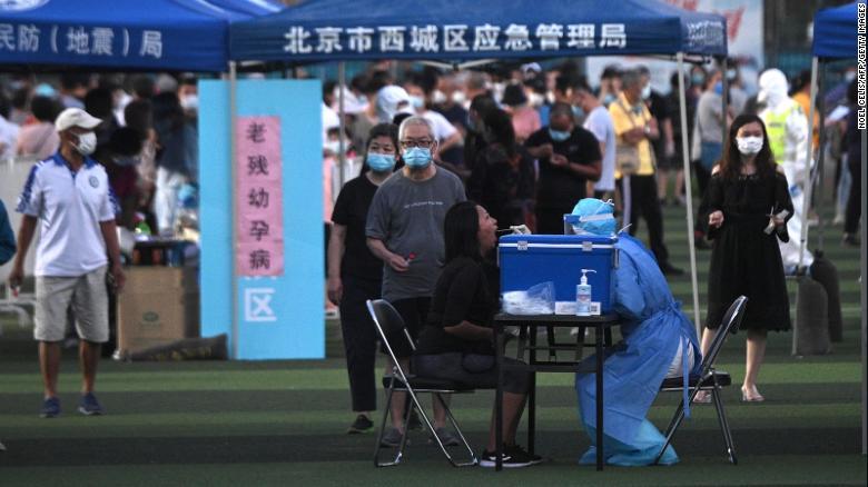 """中国新的冠状病毒爆发使北京在资本竞相遏制扩散方面采取""""战时""""措施"""
