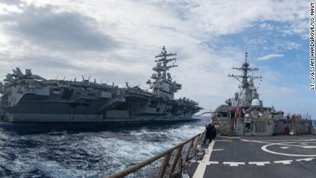 Le destroyer lance-missiles USS Barry opère avec le porte-avions USS Ronald Reagan dans la mer des Philippines le 30 mai.
