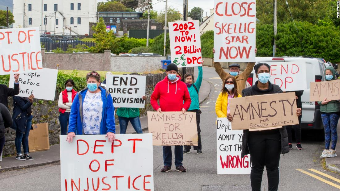 In mezzo alla pandemia, un gruppo di richiedenti asilo è stato trasferito in una piccola città rurale irlandese. Quindi hanno iniziato i test positivi per Covid-19