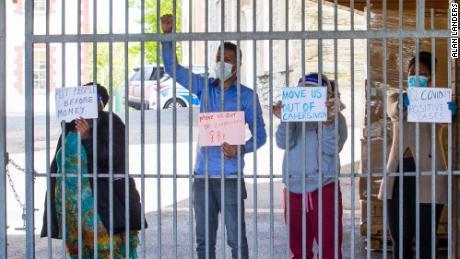 """I residenti di Skellig Star, rinchiusi all'interno del centro durante la quarantena, cantano """"spostaci fuori"""" il 29 aprile."""