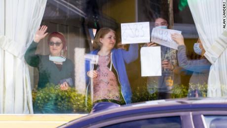 I residenti di Skellig Star in quarantena salutano i locali per protestare fuori il 7 maggio.