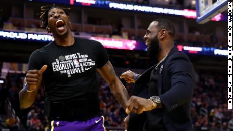 Howard și LeBron James reacționează după ce coechipierul Kyle Kuzma înmoaie mingea în timpul jocului împotriva Golden State Warriors.