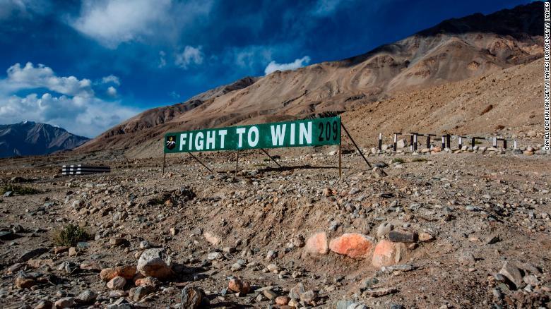 在有争议的边界与中国发生冲突后,二十名印度士兵死亡