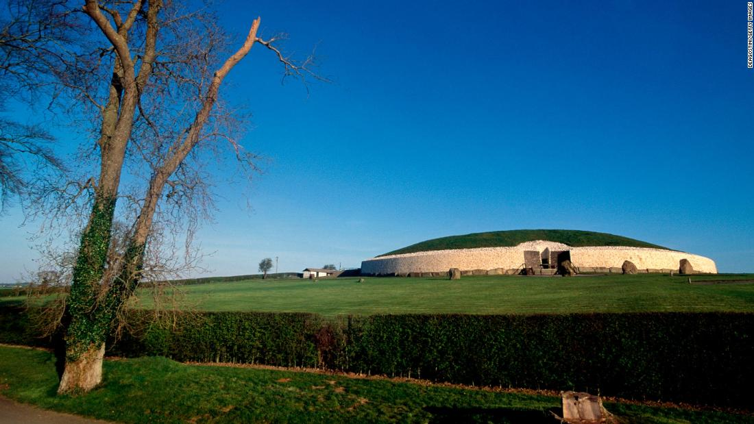 IRELAND - NOVEMBER 10: Newgrange Stone Age Passage Tomb (UNESCO World Heritage List, 1993), County Meath. Ireland, ca 3200 bC. (Photo by DeAgostini/Getty Images)