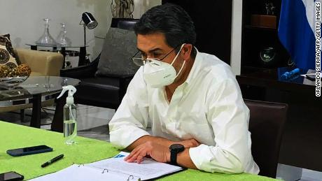 Honduran President Juan Orlando Hernandez wears a facemask in Tegucigalpa on June 15.