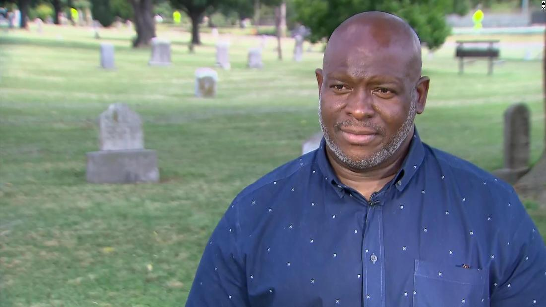 Șeful Egunwale Amusan a petrecut ani de zile căutând rămășițele a sute de rezidenți negri din Tulsa care au fost masacrați în 1921