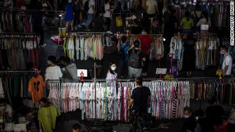 Milyonlarca sokak satıcısı daha Çin'i bir iş krizinden kurtarabilir mi? Pekin bölünmüş görünüyor