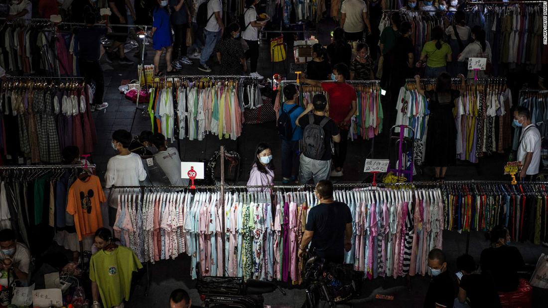 I venditori ambulanti possono salvare la Cina dalla crisi del lavoro? Pechino sembra divisa