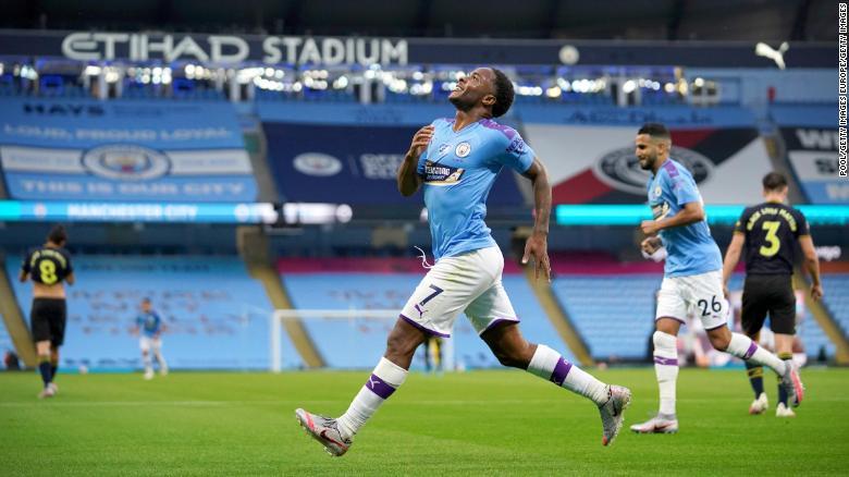 拉希姆·斯特林(Raheem Sterling)在他的球队对阵阿森纳的第一个进球后庆祝。