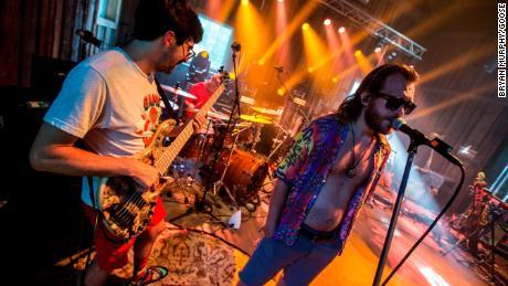 Los miembros de Goose se presentan durante un ensayo del Bingo Tour.