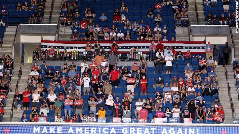 Những người ủng hộ lắng nghe khi Tổng thống Mỹ Donald Trump phát biểu một cuộc biểu tình chiến dịch tại Trung tâm BOK, ngày 20 tháng 6 năm 2020 tại Tulsa, Oklahoma.