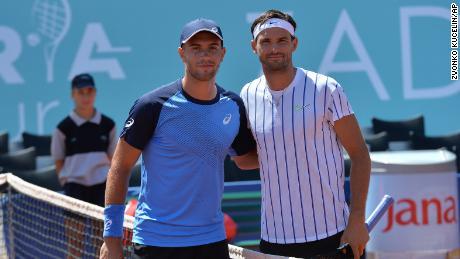 Dimitrov și Coric pozează pentru o fotografie în timpul meciului lor din semifinala Adria Tour de la Zadar, Croația.