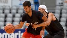 Djokovic (stânga) și Dimitrov joacă baschet în cadrul evenimentului Adria Tour de la Zadar, Croația.