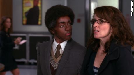 """Jane Krakowski, izquierda, aparece en cara negra en un episodio de la tercera temporada de """"30 rocas"""" en el que su personaje, una mujer blanca, se viste como un hombre negro, mientras que la comediante negra Tracy Morgan se viste como una mujer blanca."""