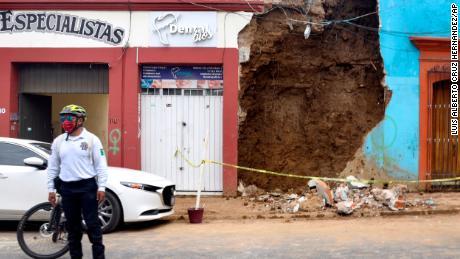 Un policía se para frente a un edificio parcialmente derrumbado después de un terremoto en Oaxaca, México.