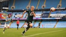 Ben Mee urmărește mingea în pierderea cu 5-0 a lui Burnley față de Manchester City.