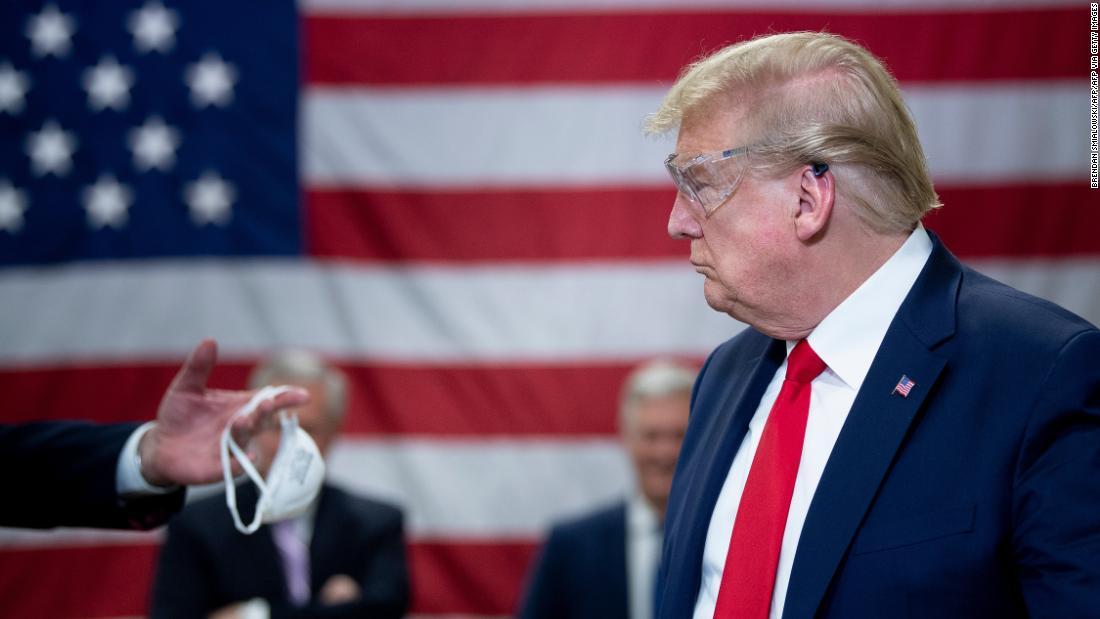 'Sẽ có ích nếu thỉnh thoảng Tổng thống sẽ mặc một chiếc' – Trong khi đó ở Mỹ