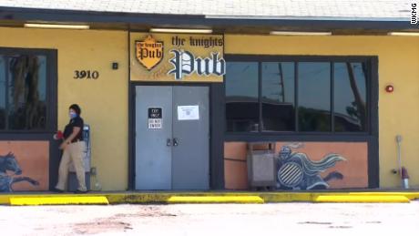 Orlando bar likör lisansı düzinelerce patron ve işçi koronavirüs için pozitif test ettikten sonra askıya alındı