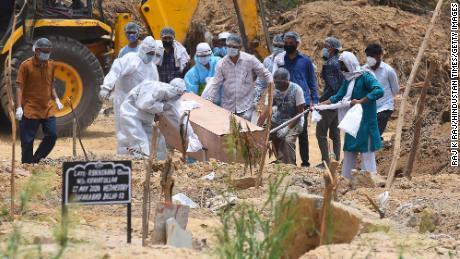 Un bărbat decedat Covid-19 este înmormântat la Cimitirul Islamului Jadid Qabristan Ahle, pe 19 iunie, în New Delhi, India.