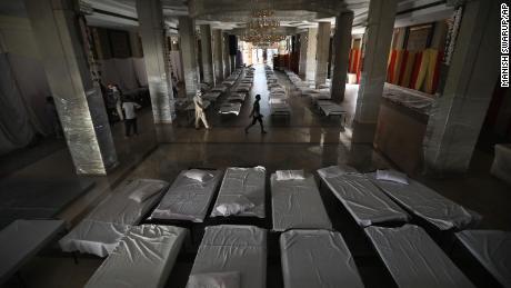 O sală de banchet care este folosită în mod normal pentru nunți a fost transformată într-un spital de coronavirus improvizat, în timp ce capitala indiană se luptă să conțină un vârf în cazuri.