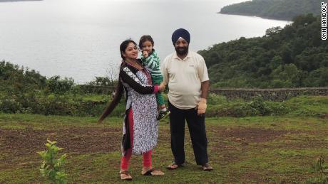 Lakhjeet Singh, de 68 de ani, a fost pozitiv pentru Covid-19, dar nu a putut găsi un spital care să-l admită. El este ilustrat cu fiica și nepoata sa.