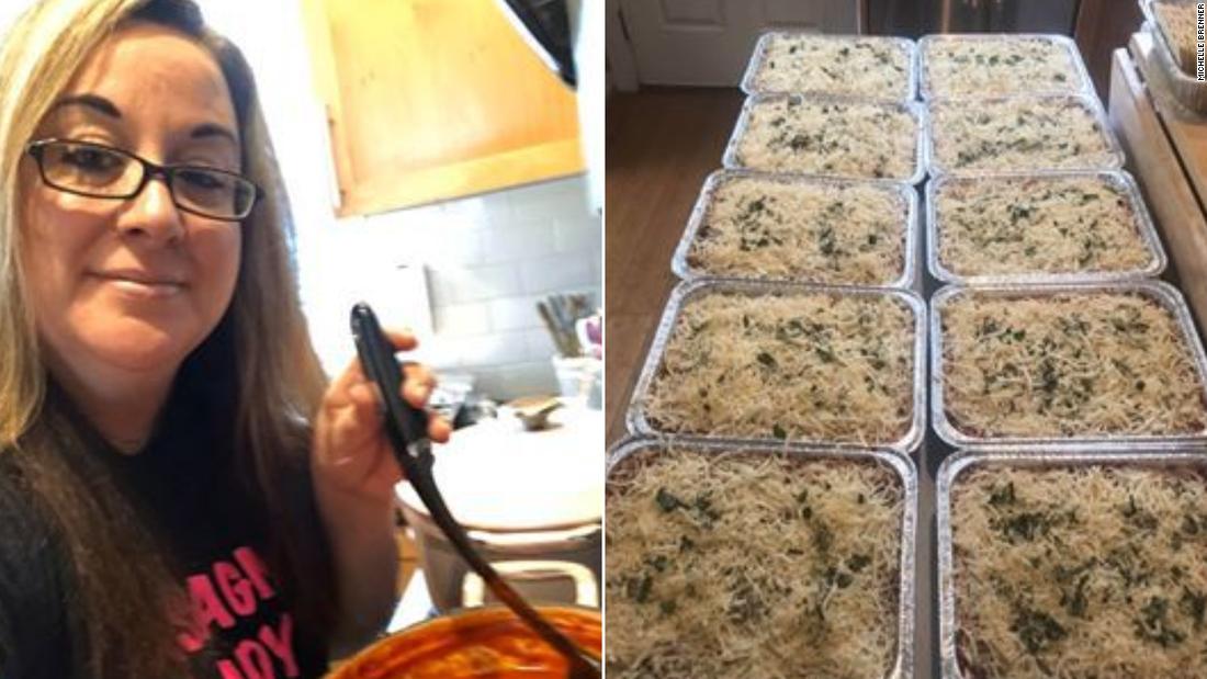 """Presa dal suo lavoro, ora è la """"Lasagna Lady"""" che cucina pasti gratuiti per i primi soccorritori e gli amici"""