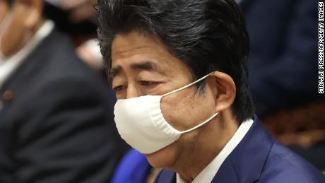 Le Premier ministre japonais Shinzo Abe portant un masque facial au milieu des inquiétudes concernant la propagation du coronavirus prend la parole lors d'une session du comité budgétaire à la chambre basse du parlement à Tokyo le 10 juin 2020.
