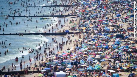 Vizitatorii se îngrămădesc pe plajă pe 25 iunie în Bournemouth, Regatul Unit.