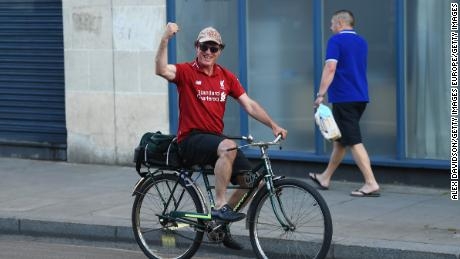 Un fan al Liverpool trece pe lângă Stamford Bridge înaintea meciului de la Chelsea cu Manchester City.