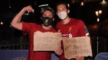 I tifosi del Liverpool celebrano la loro squadra vincendo il titolo di Premier League fuori Anfield.