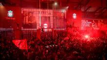 Fanii lui Liverpool sărbătoresc pe stadionul Anfield după ce au câștigat titlul din Premier League.