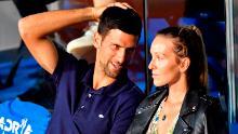 Il tennista serbo Novak Djokovic (L) parla con sua moglie Jelena durante una partita dell'Adria Tour, il torneo di tennis benefico dei Balcani di Novak Djokovic a Belgrado il 14 giugno 2020.