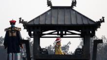 Un artista interpreta il ruolo dell'imperatore Qing durante una rievocazione di un'antica cerimonia del festival di primavera a Pechino. Gran parte dei confini moderni della Cina si basano sulla conquista storica di Qing.
