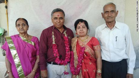 Natubhai Patel (extrême droite) et son épouse, Sheela Patel (extrême gauche) avec un couple qu'il a présenté. Patel a commencé son service de rencontres à but non lucratif, la Fondation Anubandh, après le tremblement de terre de 2001 au Gujarat.