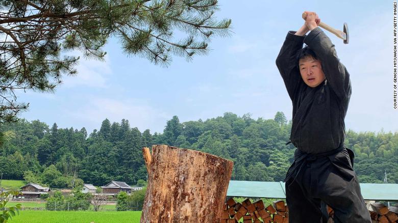 Дженичи Мицухаси стал первым студентом, окончившим японский университет со степенью магистра в области изучения ниндзя.