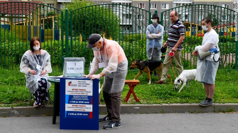 An outdoor polling station in Saint Petersburg.
