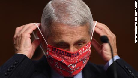Au milieu de la flambée des coronavirus, les responsables de la santé exhortent les gens à porter des masques en signe de respect