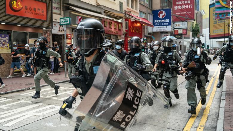 Полиция на улице в Гонконге во время протеста 1 июля 2020