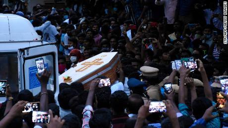 Sakinleri, Hindistan Tamil Nadu eyaletinde polisin elinde işkence gördüğü iddia edilen Jayaraj tabutunu ve oğlu Bennicks Immanuel'i taşırken toplanıyorlar.