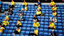 Spectatorii privesc în timpul meciului la Superliga daneză dintre Broendby și FC Copenhaga, pe 21 iunie.